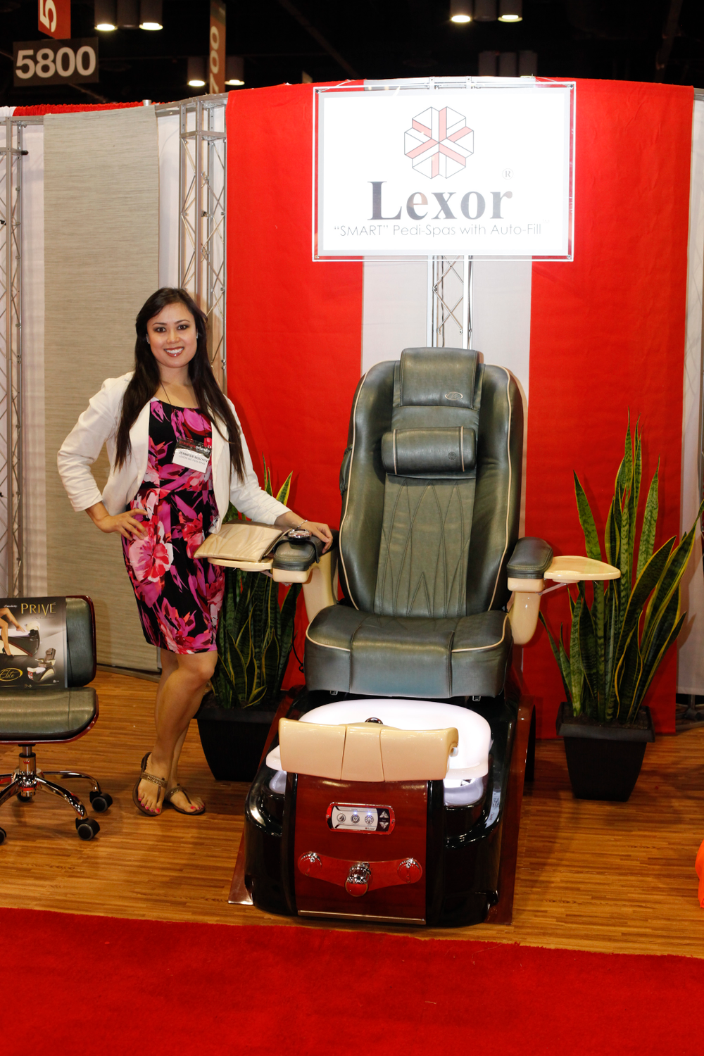 <p>Lexor marketing director Jennifer Nguyen promoted the Lexor Elite that comes with a magnetic pillow.</p>