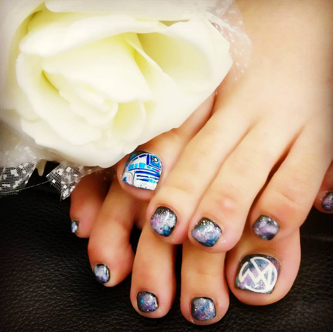 "<p>R2D2 pedicure by <a href=""https://instagram.com/ushi_17"">Tomomi Ushijima, Japan</a></p>"