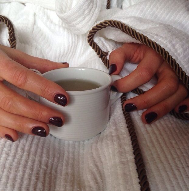 <p>Manicurist Beth Fricke bedecked Taylor Schilling's nails with Essie's Berry Naughty. Image via @beyondbethla.&nbsp;</p>