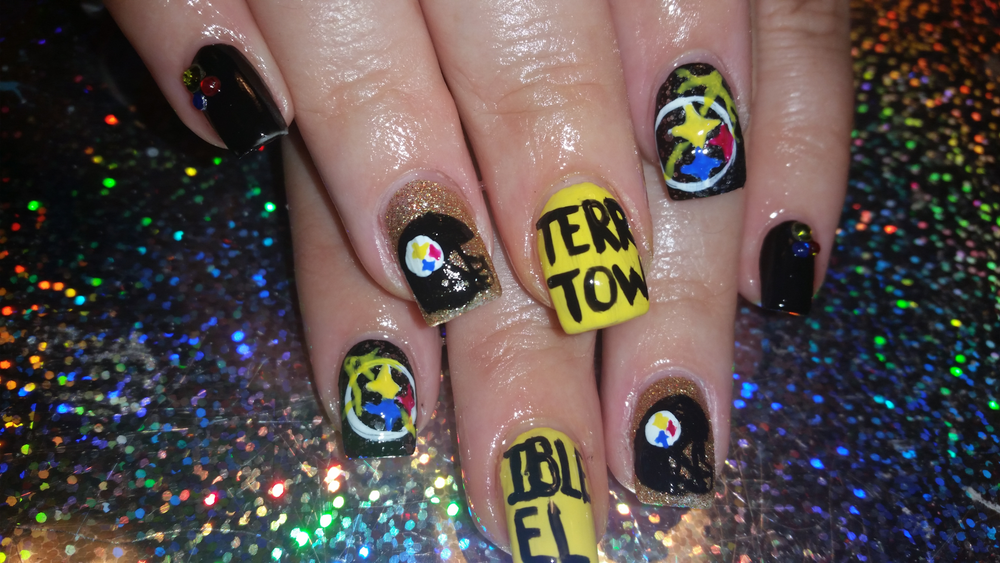 <p>Steelers nail art by Eva Jenkins</p>