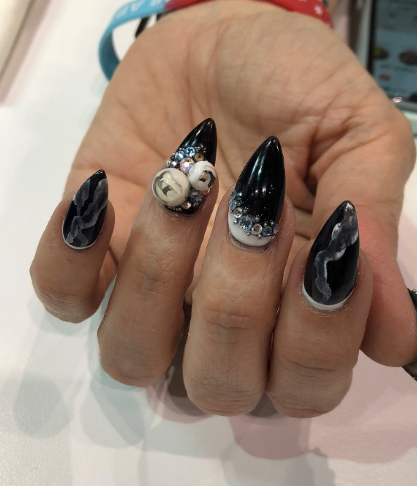 <p>Tracy Vinson sported candyball nails!</p>