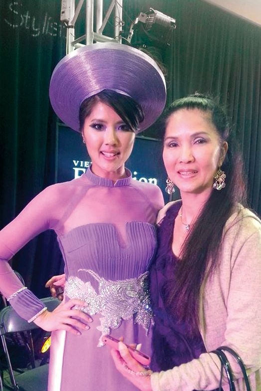 <p>Model Donna Tran with her mother.</p>