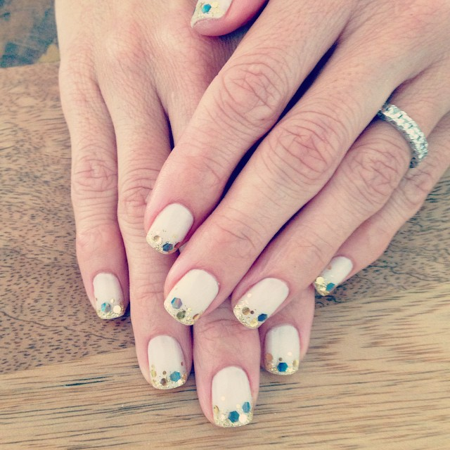 <p>E! correspondent, Catt Sadler covered the Emmy&rsquo;s wearing gold glitter nails by celeb manicurist, Mayay Apple. Image via @mayayapple.&nbsp;</p>