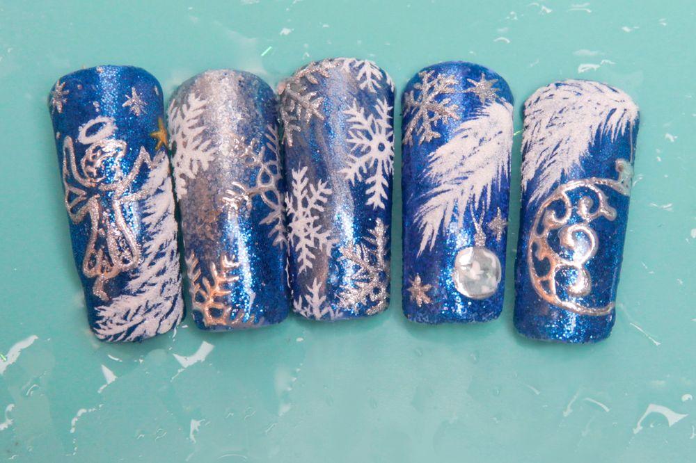 <p>Nails by Anna Mally.&nbsp;</p>