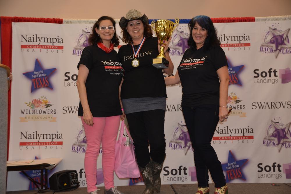 <p><strong><em>Individual Top Scorer </em></strong>Allie Baker with organizer Alex Fox (left) and AthenA Elliott (right)</p>