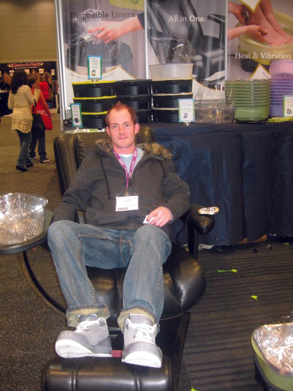 <p>Attendee Cory Doggendorf tries out Belava&rsquo;s no-plumbing Embrace Chair.</p>