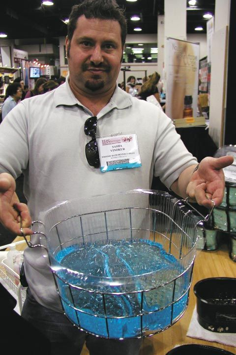 <p>Managing partner Sasha Vinokur shows Footsiebath&rsquo;s new Easy Access Tray, which lets you easily carry the company&rsquo;s pedicure liner to the sink to fill it with water.</p>