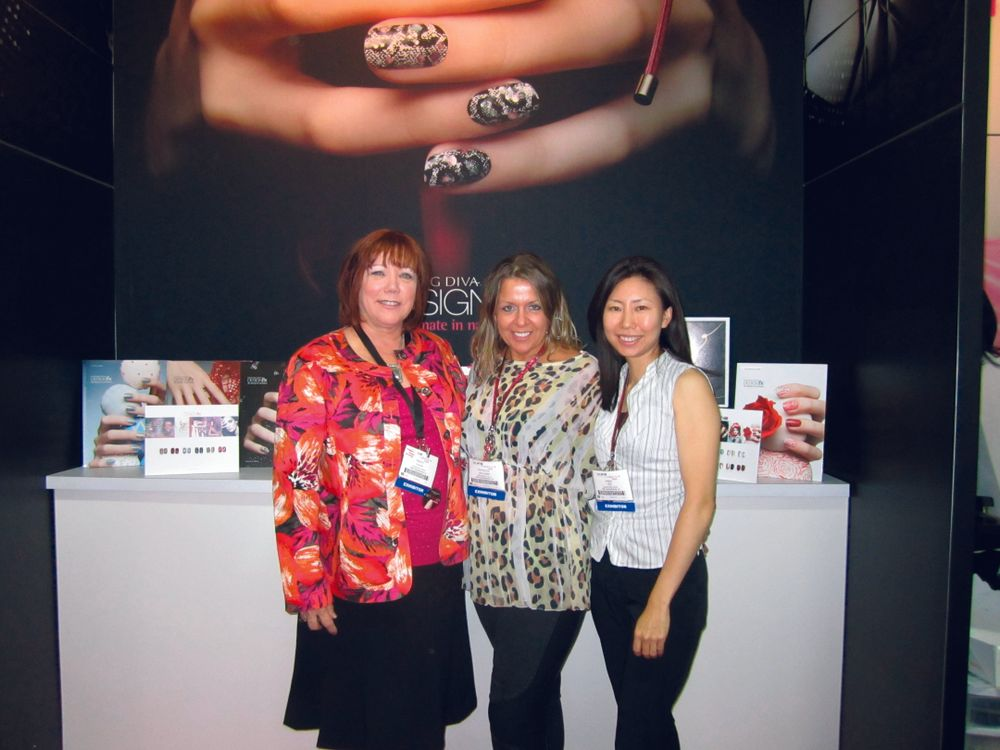 "<p><span style=""font-size: xx-small;""><span lang=""EN""> <p align=""left"">Dashing Diva&rsquo;s Nancy Waspi, Pattie Yankee, and Anna Lee showed us the company&rsquo;s new DesignFX nail application.</p> </span></span></p>"