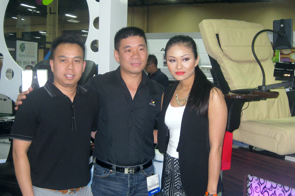 <p>Alfalfa president Dat Ton (center) congratulates Tommy and Helen Nguyen of Lenox Beauty Supply, who won a free pedicure spa chair from the company.</p>