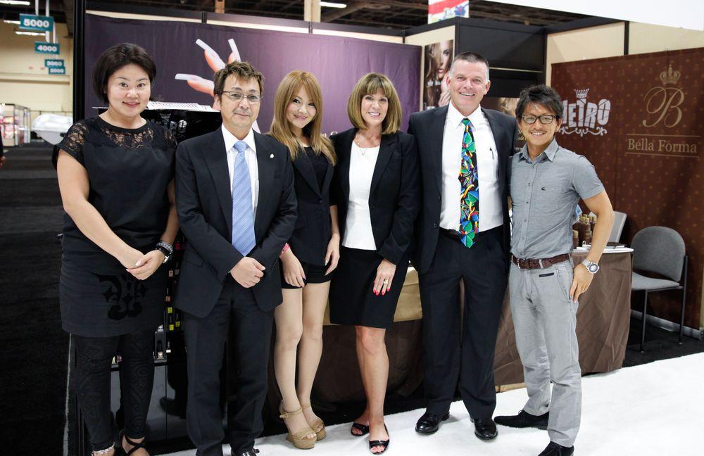 <p>Bella Forma&rsquo;s Mayumi Mikami, Masahito Takebayashi, Aki Matsuba, Marnie Hadley, John Hadley, and Fumihiro Kato promoted the company&rsquo;s traditional gel and Vetro gel-polish products.</p>