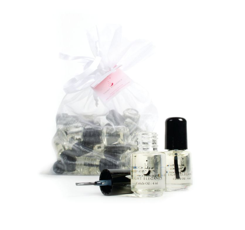 <p>Great to hand out to your clients for a special holiday gift, the Light Elegance Holiday Cuticle Oil Bag is packed with mini bottles. The cuticle oil strengthens the natural nail with jojoba, tea tree, and basil oils. Apply twice a day for maximum benefits.</p>