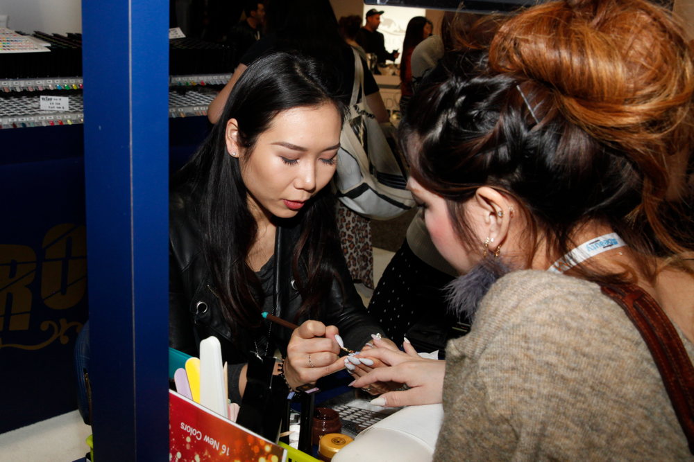 <p>Vetro's Megumi Hasegawa demonstrated an ombre technique using Vetro gel products.</p>
