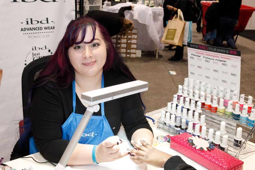 <p>IBD Beauty's Genesis Ward demonstrated the IBD Chrome Squad Kit.</p>