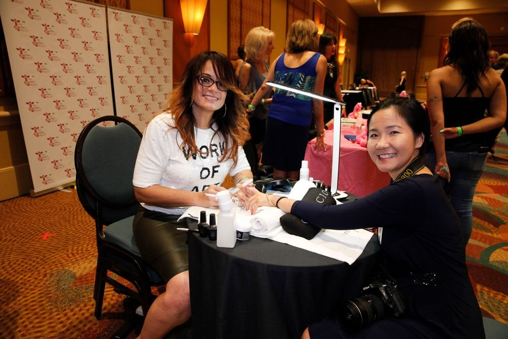 <p>Cuccio's Marilyn Garcia demos on VietSALON managing editor Anh Tran</p>