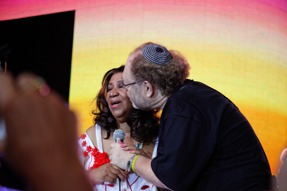 <p>George couldn't help himself but sneak in for a kiss with Aretha Franklin</p>