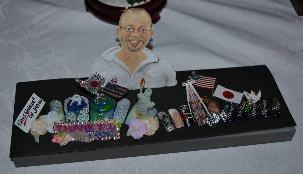 <p>A Japanese nailist created a diarama in tribute to Tom.</p>