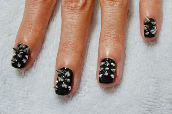 <p>3. Apply another layer of top coat and fill in gaps with more spikes.</p>