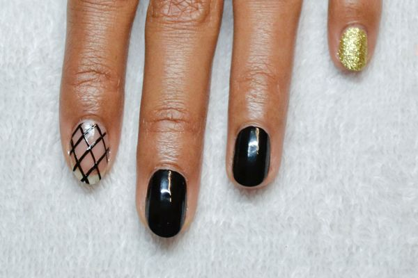 <p>2. Use a striping brush with long bristles and black polish to create the fishnet appearance.</p>