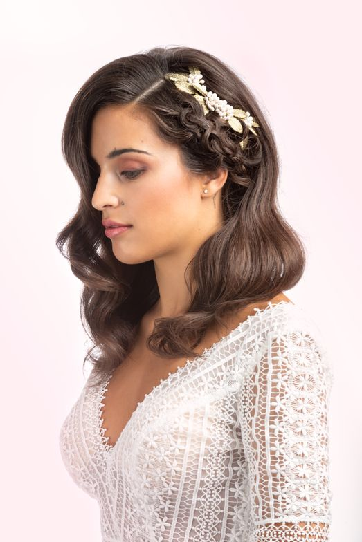 <p>Waves reflect a glamorous elegance, a discreet and laborious technique that tangles with hair as if it were caressing it. This updo with a braid is like a headpiece. The result is as luxurious as it is delicate.</p>