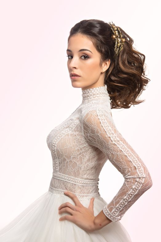 <p>In updos with ponytails, hair looks free and flowing. A new way of freedom, as if hair was combed by wind, in which naturalness and simplicity are surrounded by the freshness of youth.</p>