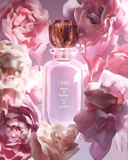 A modern interpretation of a lush floral scent, Valley of Flowers immerses the wearer in a harmonious blend of Bulgarian rose, peony petals and warm amber. It evokes the feeling of a morning walk through a sun-drenched garden.  -