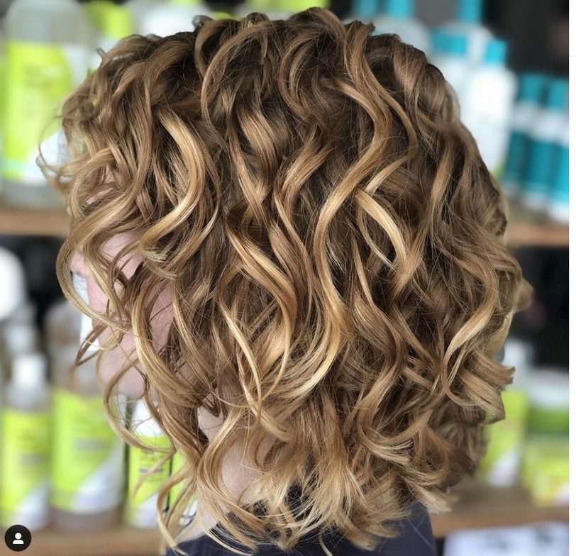 <p><strong>Wavy texture is generally flatter on top than curlier hair. @devacurlpro.</strong></p>