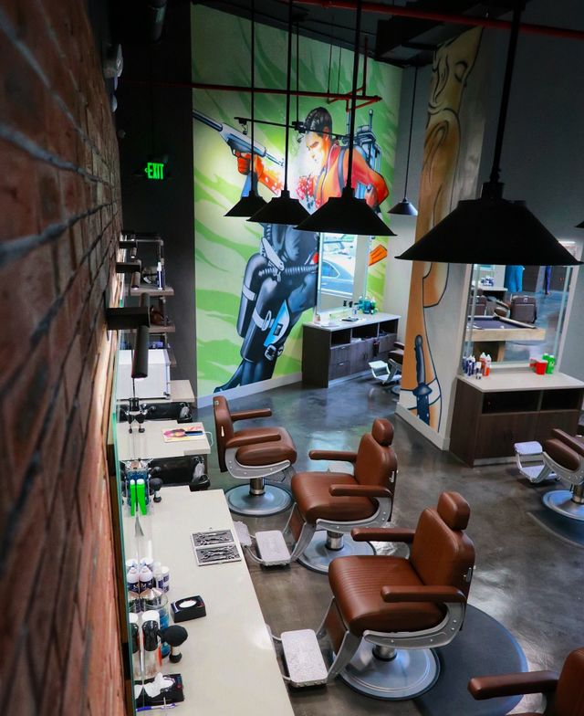 <p>At the men&#39;s retreat Jaxson Maximus in Miami, a floor to ceiling mural delivers a manly dose of color.&nbsp;</p>