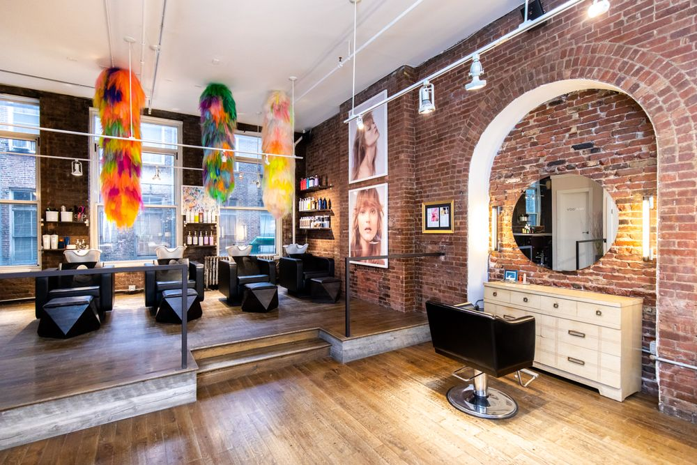 <p>Shoplifter&#39;s art installation brings life and dimension, playing off the colorful product bottles at the shampoo station, and diffusing energy into the workstations. Geometric footstools and arching alcoves add streamlined structure.</p>