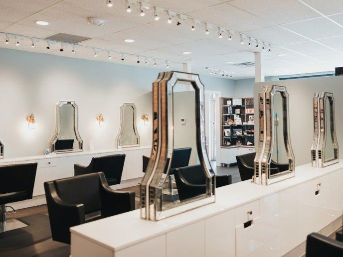 The curved and beveled station mirrors put the client on center stage.